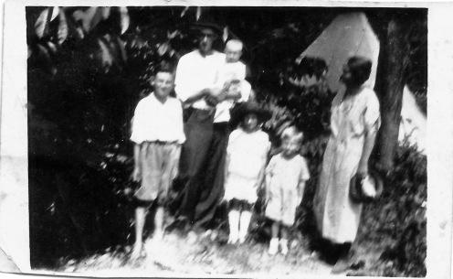 Olney App Rudd and Virginia Ethel (Gibbs) Rudd with children Fred, Frances, Frank, and Carl Dean Rudd near St. Louis, Missouri (Abt. 1923)